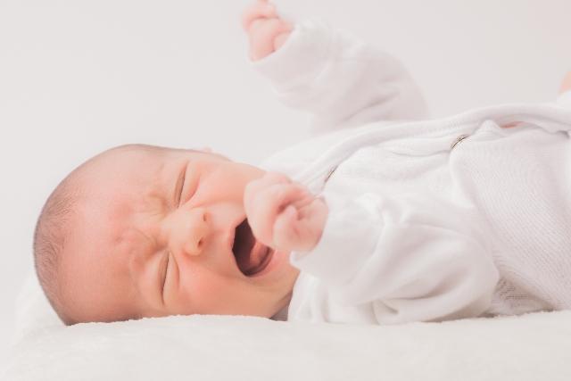 赤ちゃんが夜寝ない原因は?新生児~月齢別に見る寝かしつけ方法!