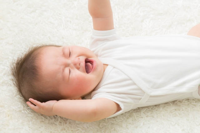 赤ちゃんが寝る前に泣く理由!いつまで?放置はOK?その原因とは