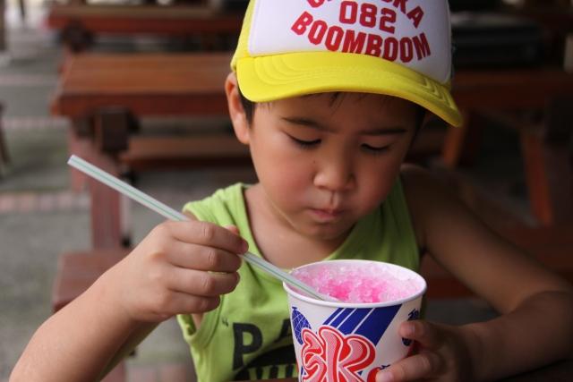 かき氷を食べる男の子