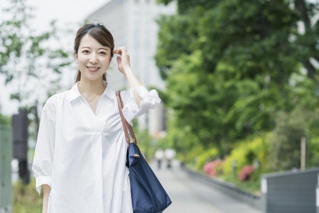 散歩中の女性