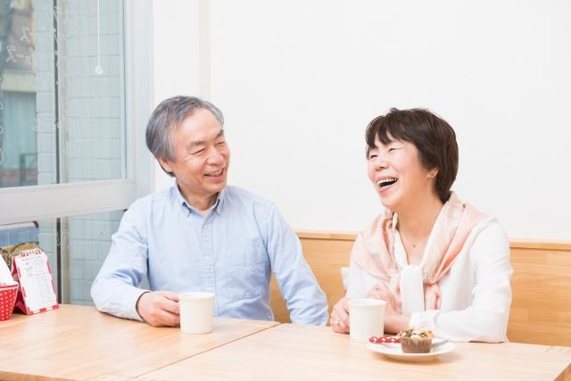 会話する老夫婦
