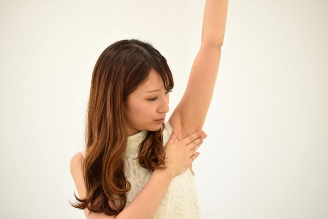 腋を見る女性