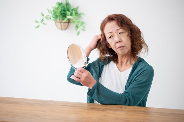 髪を見る女性