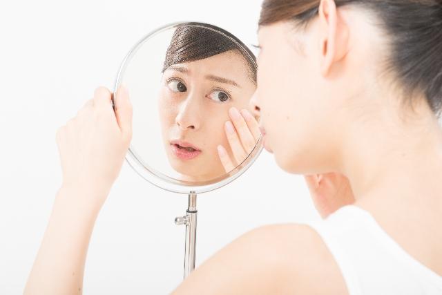 目の下のたるみの解消方法は?ツボやエクササイズで改善される?