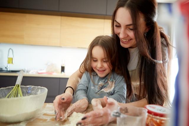 クッキーを作る親子
