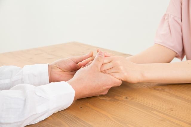 手を握る男女